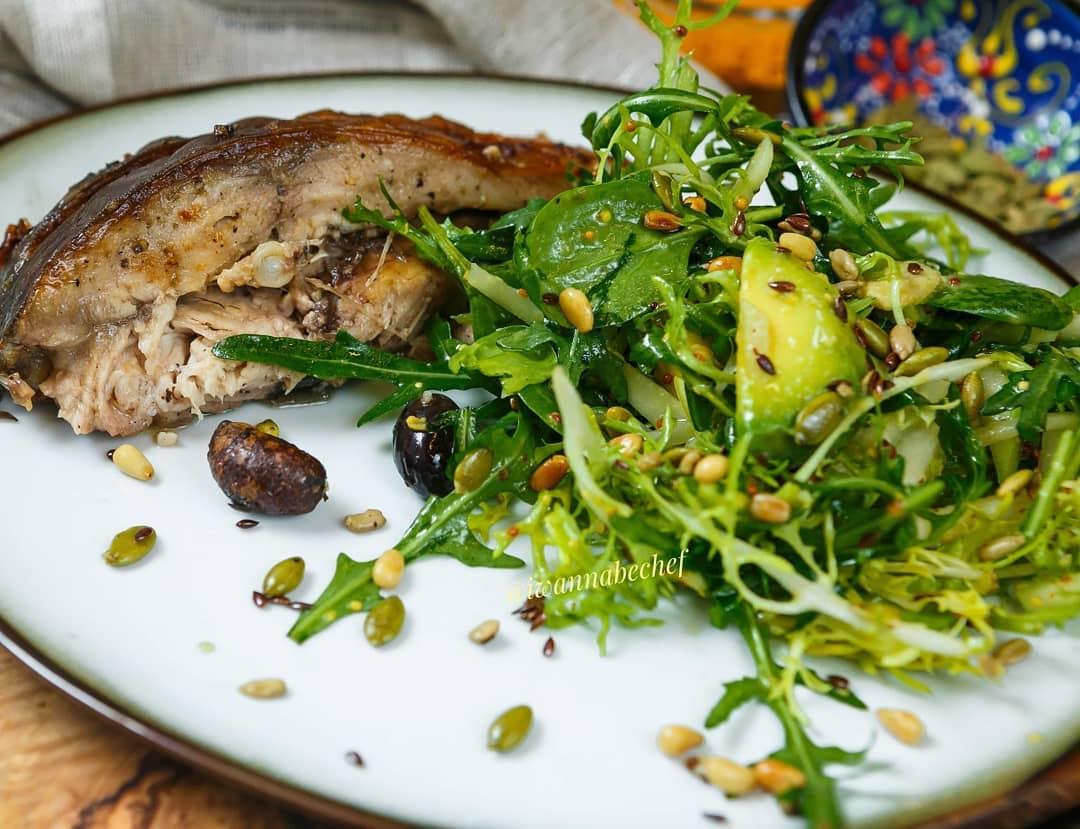Зелёный салат с лимонной заправкой и ассорти из семечек
