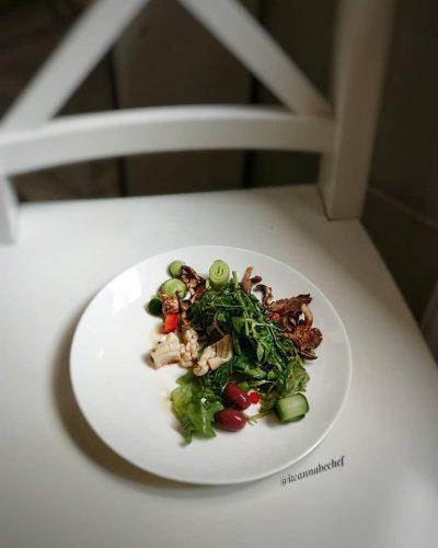 тёплый салат с кальмаром и вешенками