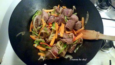Wok с мясом и овощами