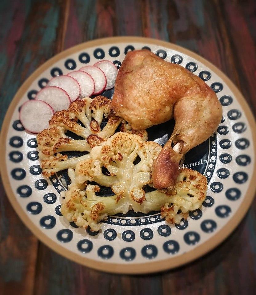 Стейки из цветной капусты и курица в засаде