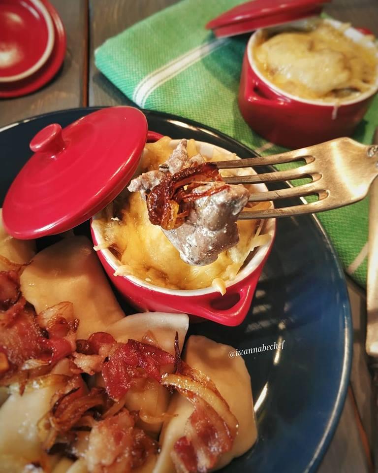 ЖУЛЬЕН ИЗ ПЕЧЕНКИ и ГРИБОВ с гарниром из вареников с картошкой с луком и жареным беконом.