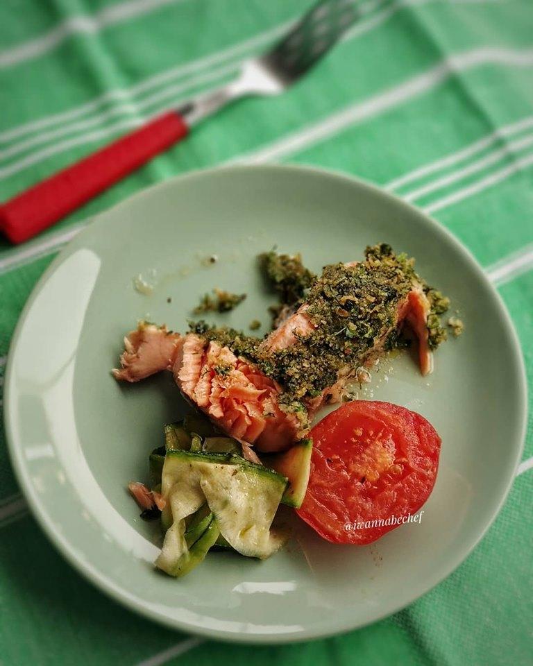 красная рыба в хлебной корочке и спагетти из цукини